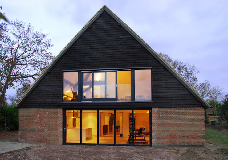 Pye Barn Exterior:  Houses by David Nossiter Architects