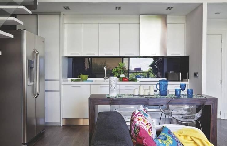 Loft para single : Cocinas de estilo moderno de Disak Studio