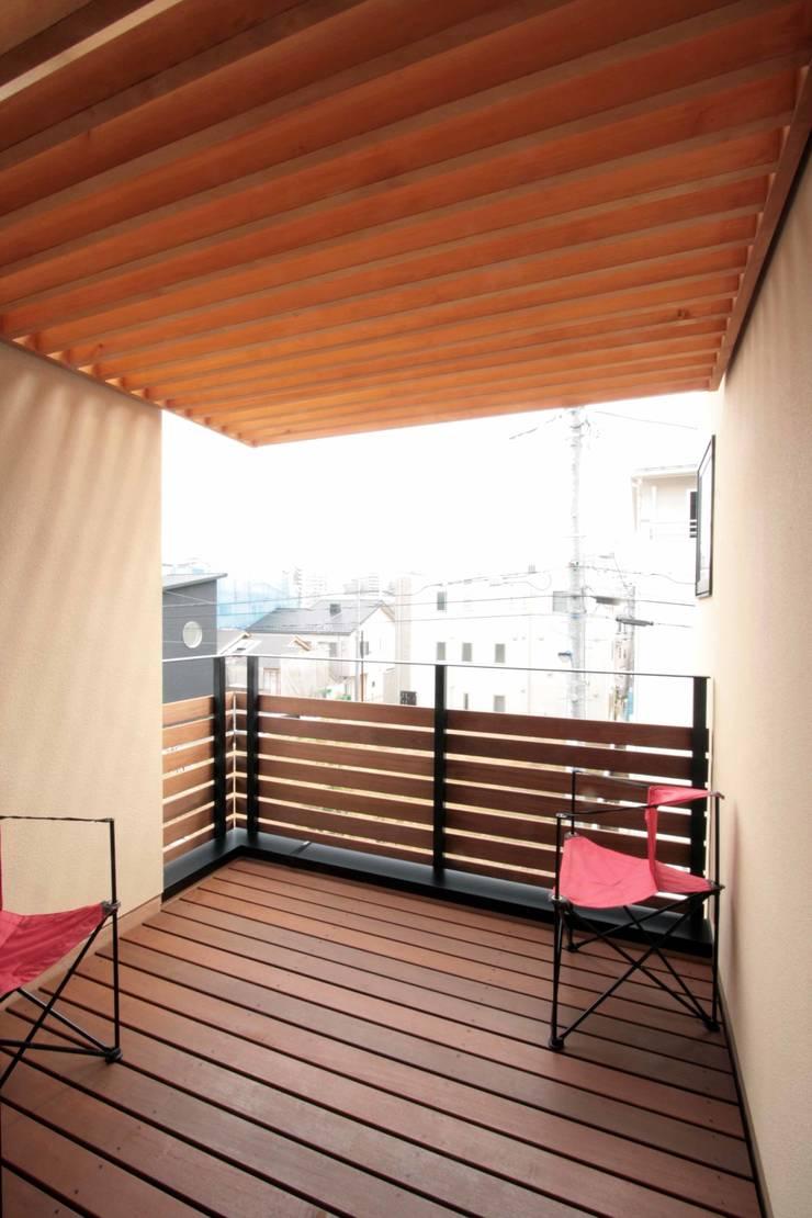 パーゴラのかかるテラス: 中川龍吾建築設計事務所が手掛けたテラス・ベランダです。