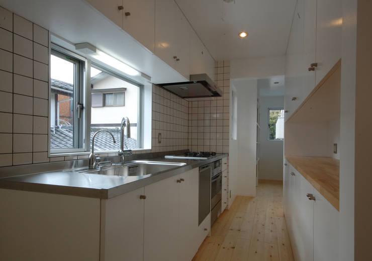 S教授の家_キッチン: 佐賀高橋設計室/SAGA + TAKAHASHI architects studioが手掛けたキッチンです。
