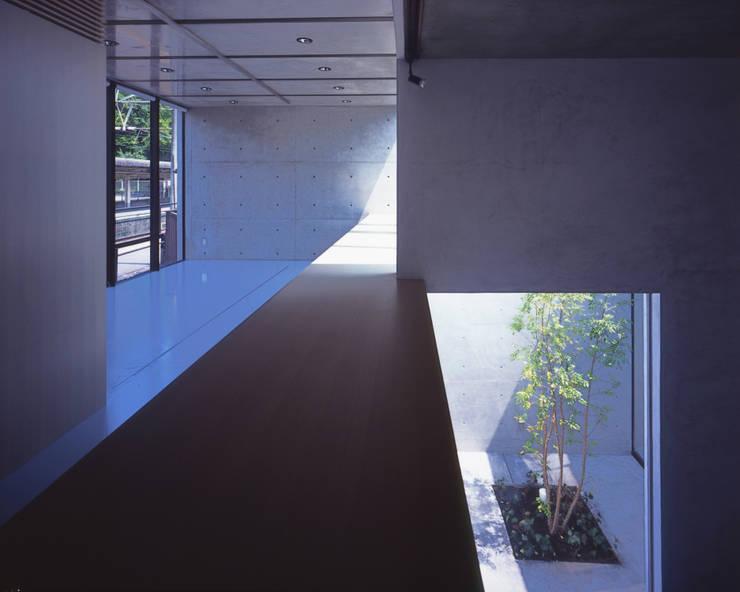 吹抜の階段から2階展示空間を見る: atelier oが手掛けた商業空間です。