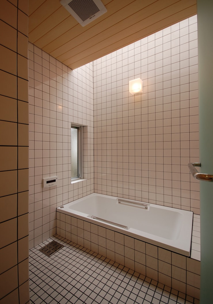 S教授の家_バスルーム: 佐賀高橋設計室/SAGA + TAKAHASHI architects studioが手掛けた浴室です。