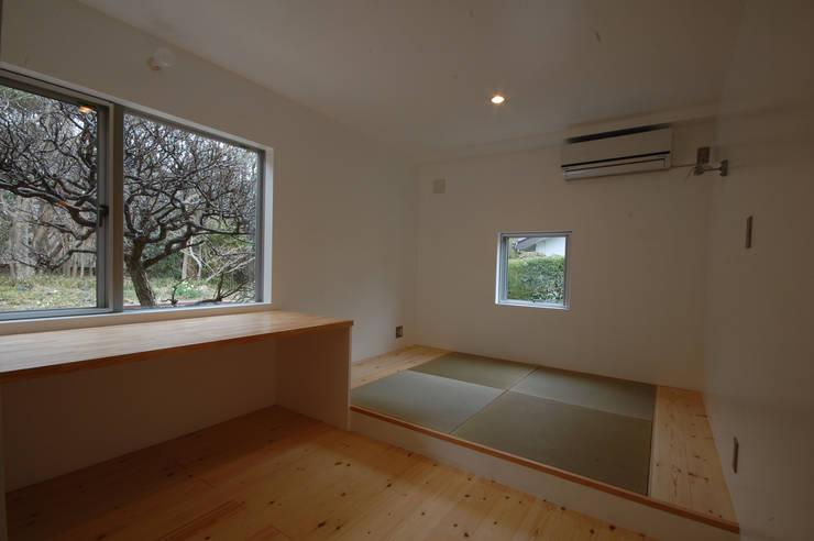 S教授の家_寝室: 佐賀高橋設計室/SAGA + TAKAHASHI architects studioが手掛けた寝室です。