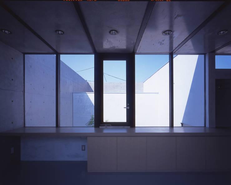 2階展示空間越しに中庭を見る: atelier oが手掛けた商業空間です。