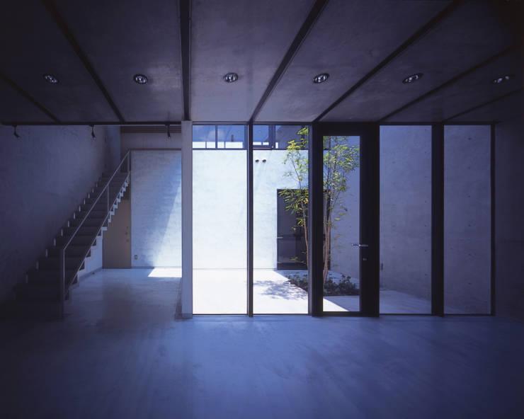 中庭と吹抜の階段: atelier oが手掛けた商業空間です。