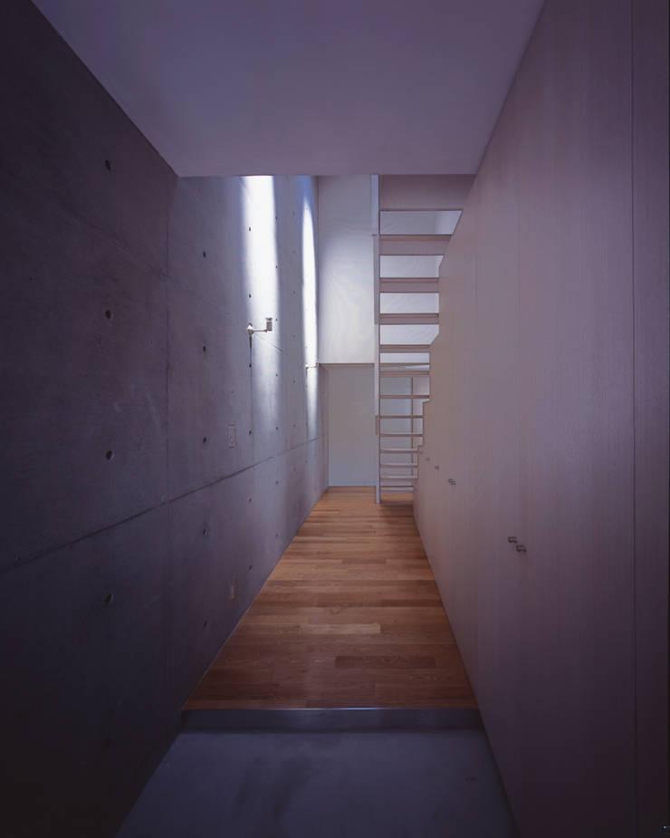居住空間の吹抜と階段: atelier oが手掛けた商業空間です。