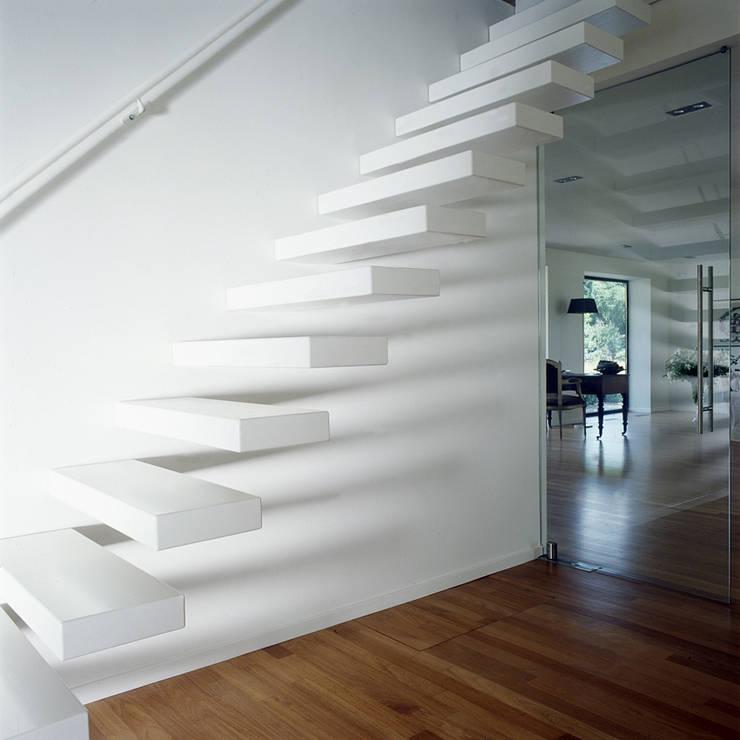 entreehal met trap:  Gang en hal door Benerink Architecten, Modern