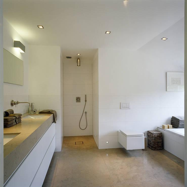 badkamer:  Badkamer door Benerink Architecten, Modern