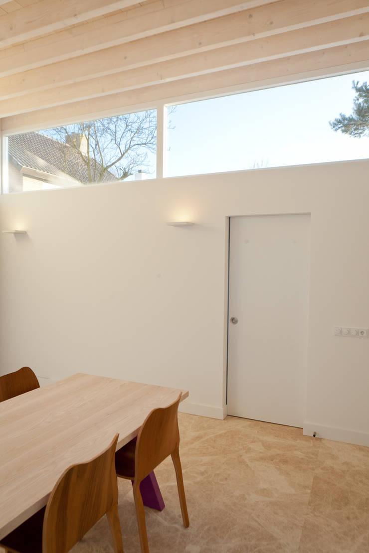 eetkamer:  Eetkamer door Benerink Architecten, Modern