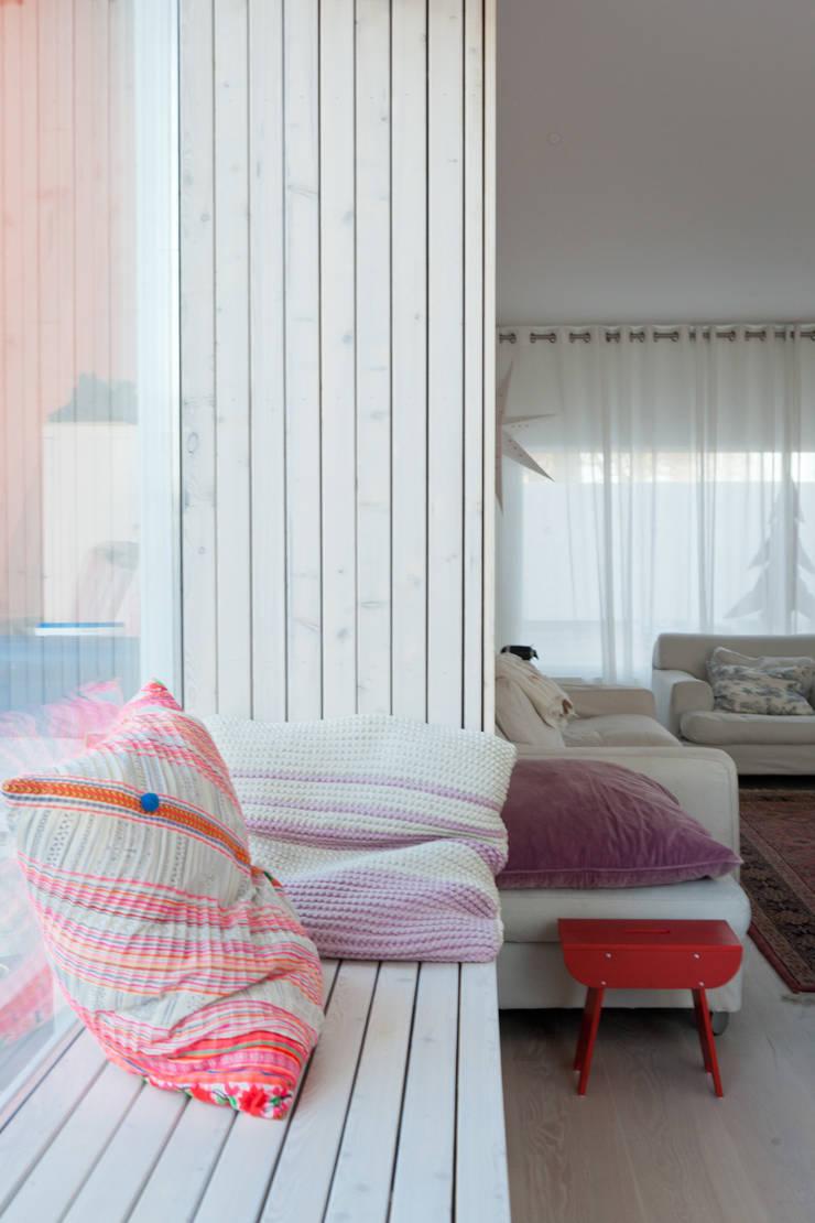 zitbank in erker:  Woonkamer door Benerink Architecten, Modern