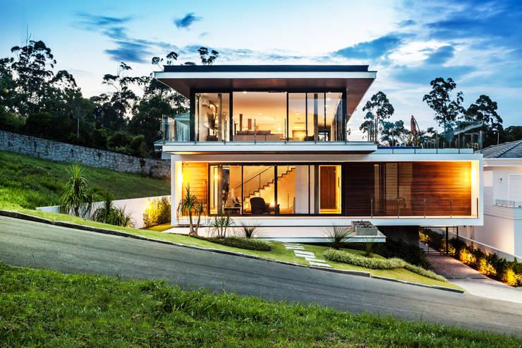 Casas de estilo  por JOBIM CARLEVARO arquitetos