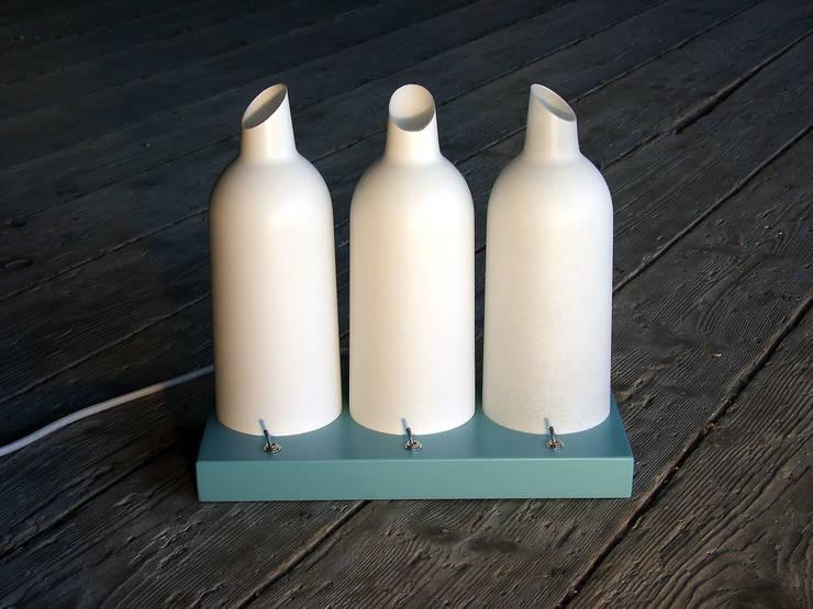 Lampe de table TRI-L: Couloir, entrée, escaliers de style  par La Fable