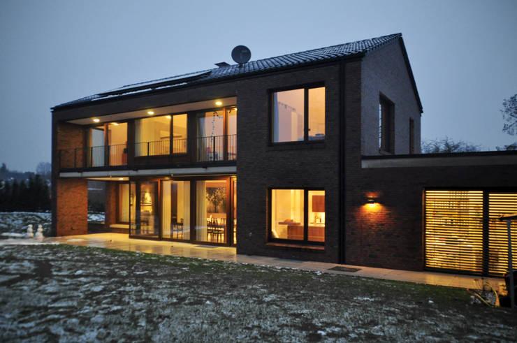 Südfassade am Abend:  Häuser von Lecke Architekten