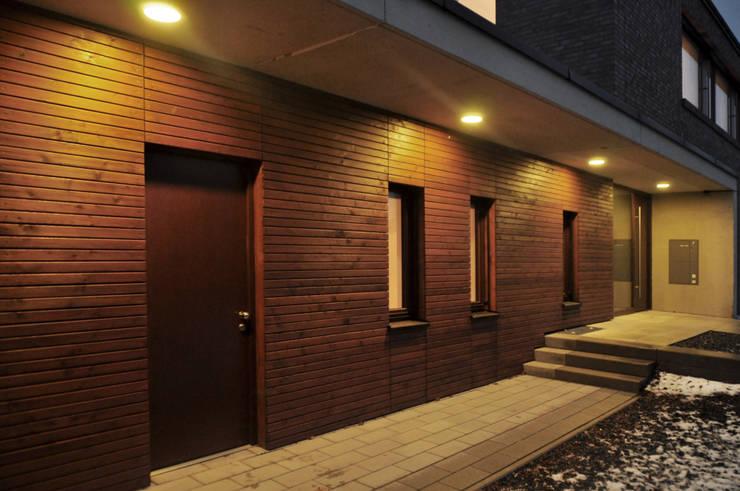 Eingang am Abend:  Häuser von Lecke Architekten