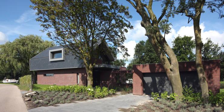 Monumentale bomen bij de entree:  Huizen door VVKH Architecten