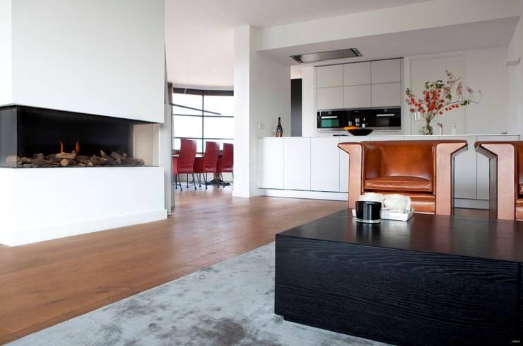 Houten vloer in woonkamer :  Woonkamer door BVO Vloeren, Modern