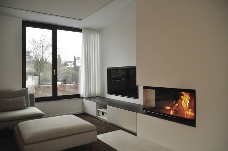 offener Wohnbereich mit Kamin:  Wohnzimmer von Lecke Architekten