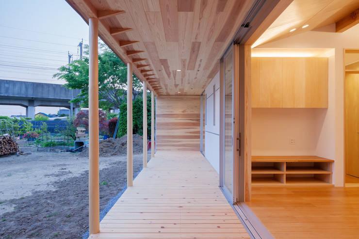 鴻巣の曲り家: 株式会社 中山秀樹建築デザイン事務所が手掛けたテラス・ベランダです。