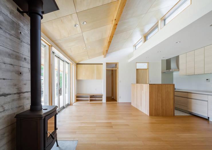 鴻巣の曲り家: 株式会社 中山秀樹建築デザイン事務所が手掛けたリビングです。