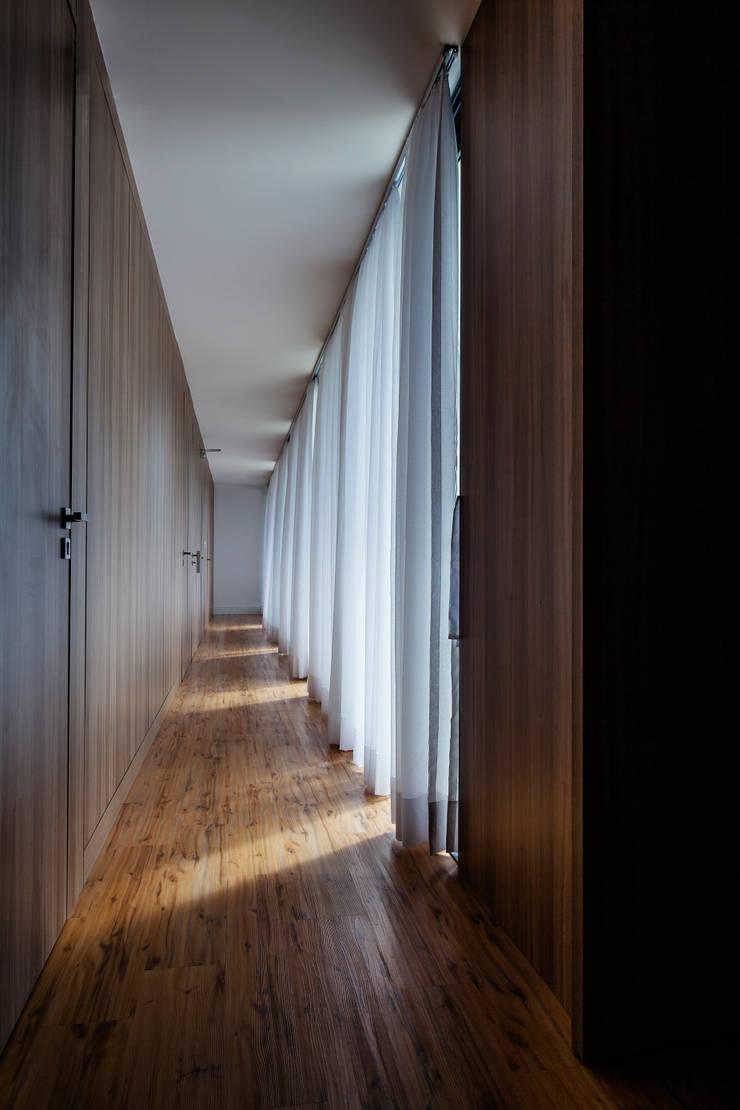 CASA LB: Corredores e halls de entrada  por JOBIM CARLEVARO arquitetos