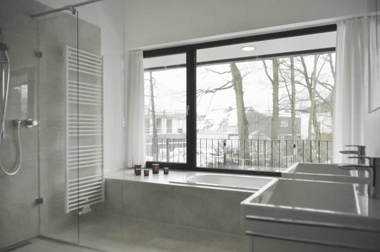 Badezimmer mit Panoramafenster:  Badezimmer von Lecke Architekten