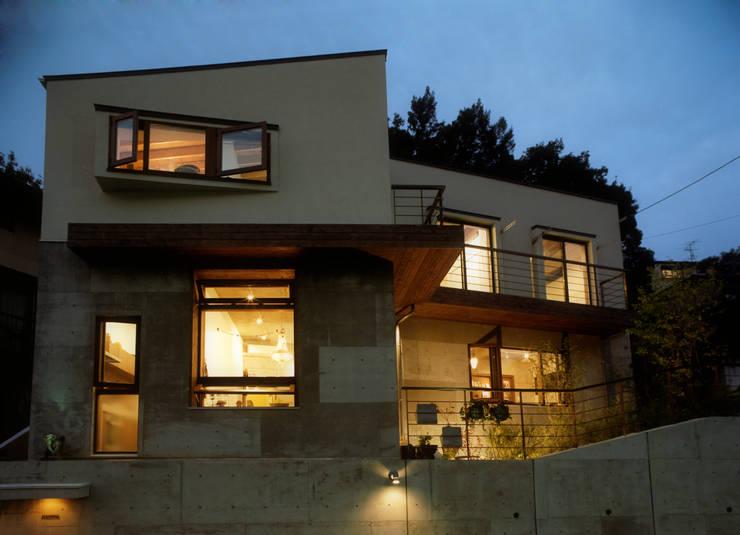 月が丘の住宅 夜景: gimbalworksが手掛けた家です。,