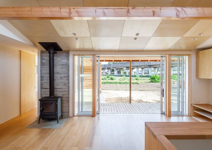 鴻巣の曲り家: 株式会社 中山秀樹建築デザイン事務所が手掛けたダイニングです。