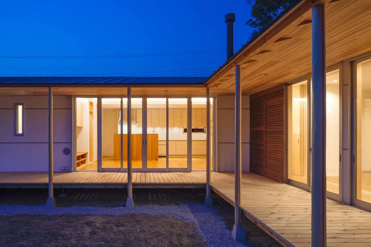 鴻巣の曲り家: 株式会社 中山秀樹建築デザイン事務所が手掛けた壁です。