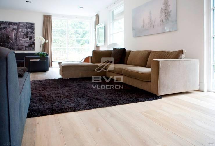 Houten vloer in woonkamer:  Woonkamer door BVO Vloeren,