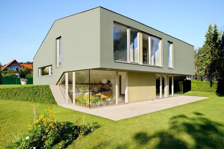 Zweigeschoßig Richtung Garten:  Häuser von KARL+ZILLER Architektur,Modern