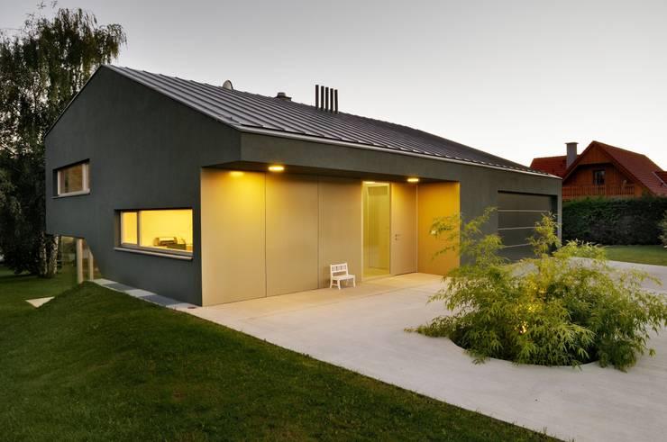 Eingeschoßig an der Straße:  Häuser von KARL+ZILLER Architektur,Modern