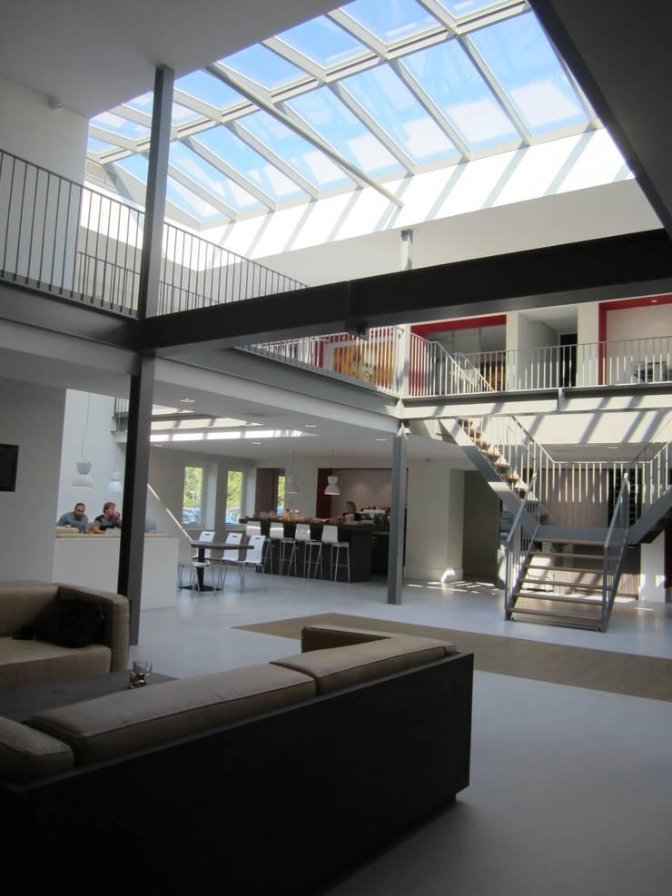 Houten zadeldak van Niek Roos.:  Kantoorgebouwen door Niek Roos