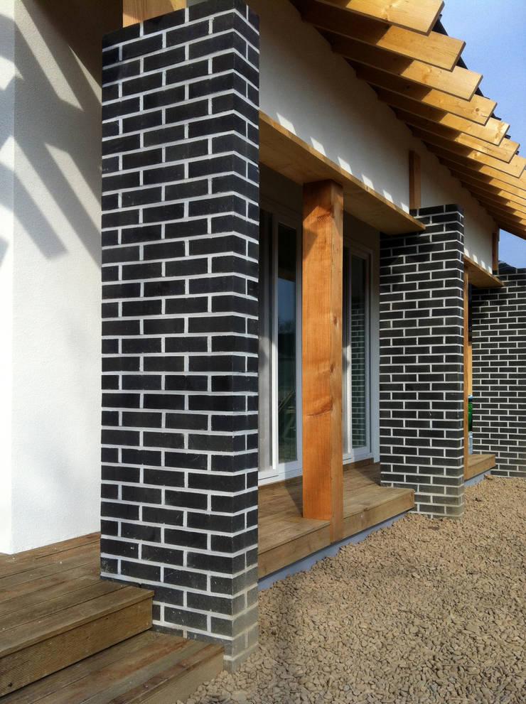 툇마루: 201 건축사사무소의  주택