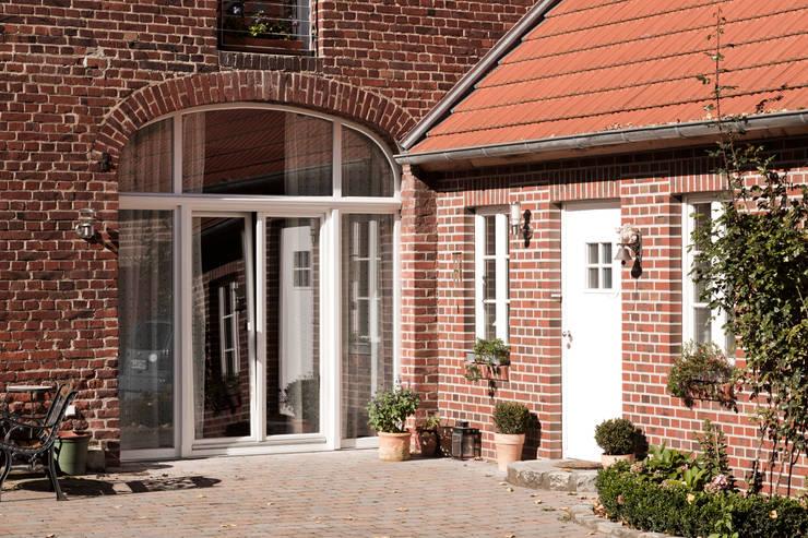Ehemaliges Scheunentor mit großzügiger Verglasung:  Fenster von Lecke Architekten