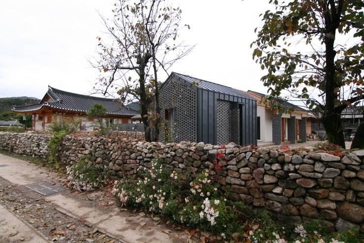 서측면 전시장: 201 건축사사무소의  주택