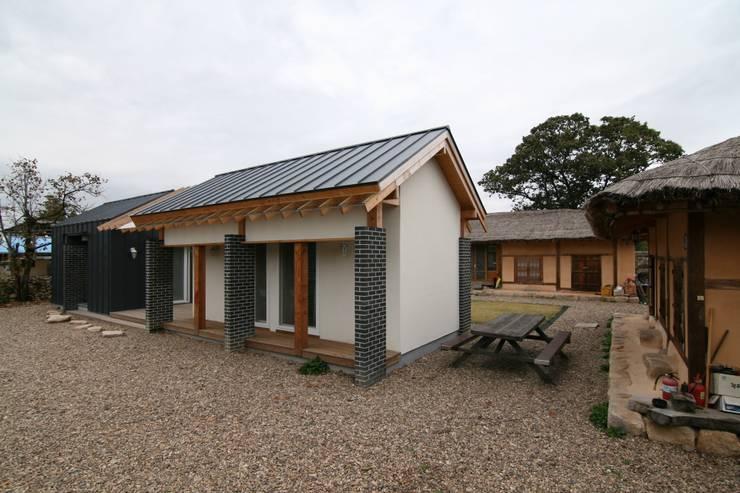 아동도서관과 초가: 201 건축사사무소의  주택