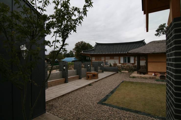 안마당: 201 건축사사무소의  주택