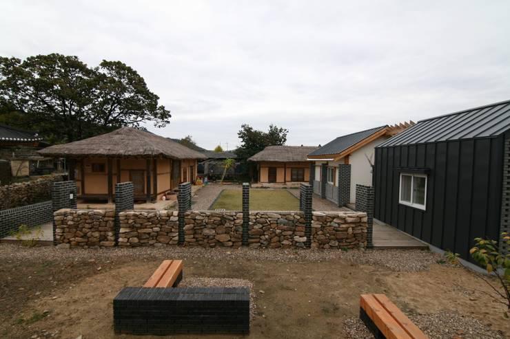 서측면 외부돌담 : 201 건축사사무소의  주택