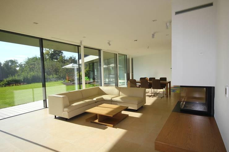 Wohnbereich:  Wohnzimmer von KARL+ZILLER Architektur