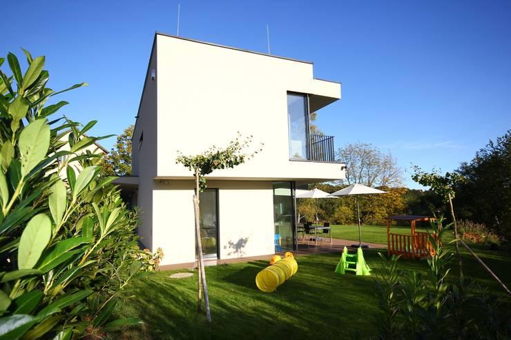 geschlossen zur Straße:  Häuser von KARL+ZILLER Architektur