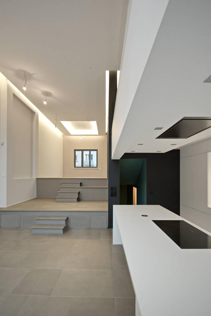 Maison unifamiliale à basse consommation d'énergie: Couloir et hall d'entrée de style  par RM archi sàrl