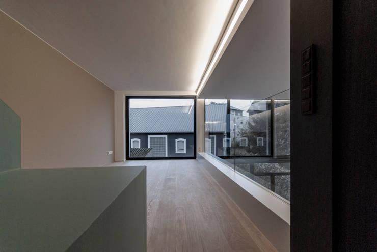 Maison unifamiliale à basse consommation d'énergie: Salon de style  par RM archi sàrl