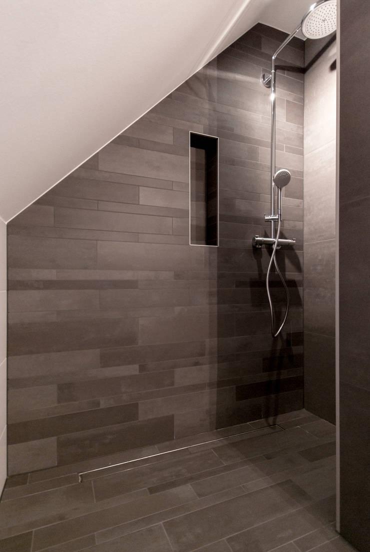 Maison unifamiliale à basse consommation d'énergie: Salle de bains de style  par RM archi sàrl