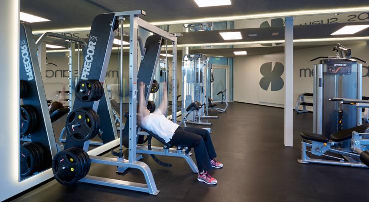 Zona de pesas: Gimnasios domésticos de estilo  de DECONS  GKAO S.L.