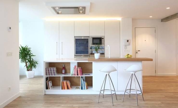 Cocina, barra y librería integrada abierta al salón: Cocinas de estilo  de ILIA ESTUDIO