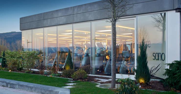 Las maquinas desde el jardin: Gimnasios domésticos de estilo  de DECONS  GKAO S.L.