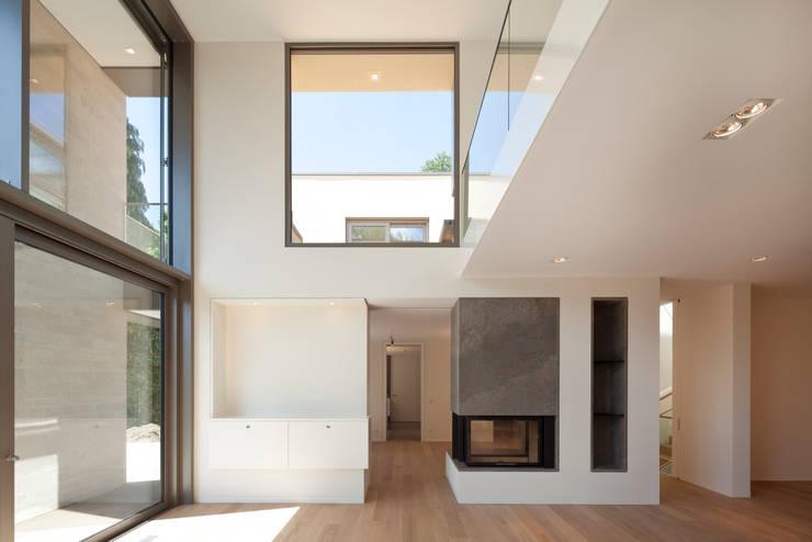 Wohnraum:  Wohnzimmer von ARCHITEKTEN BRÜNING REIN