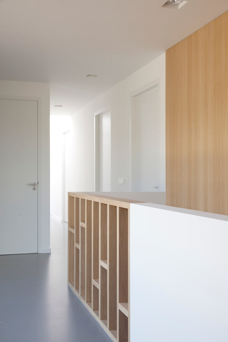 Moderne villa:  Gang en hal door Archstudio Architecten | Villa's en interieur