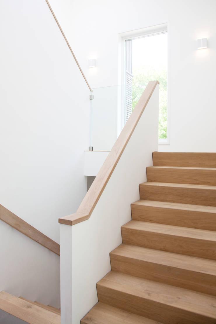 Moderne trap:  Gang en hal door Archstudio Architecten | Villa's en interieur, Minimalistisch Hout Hout