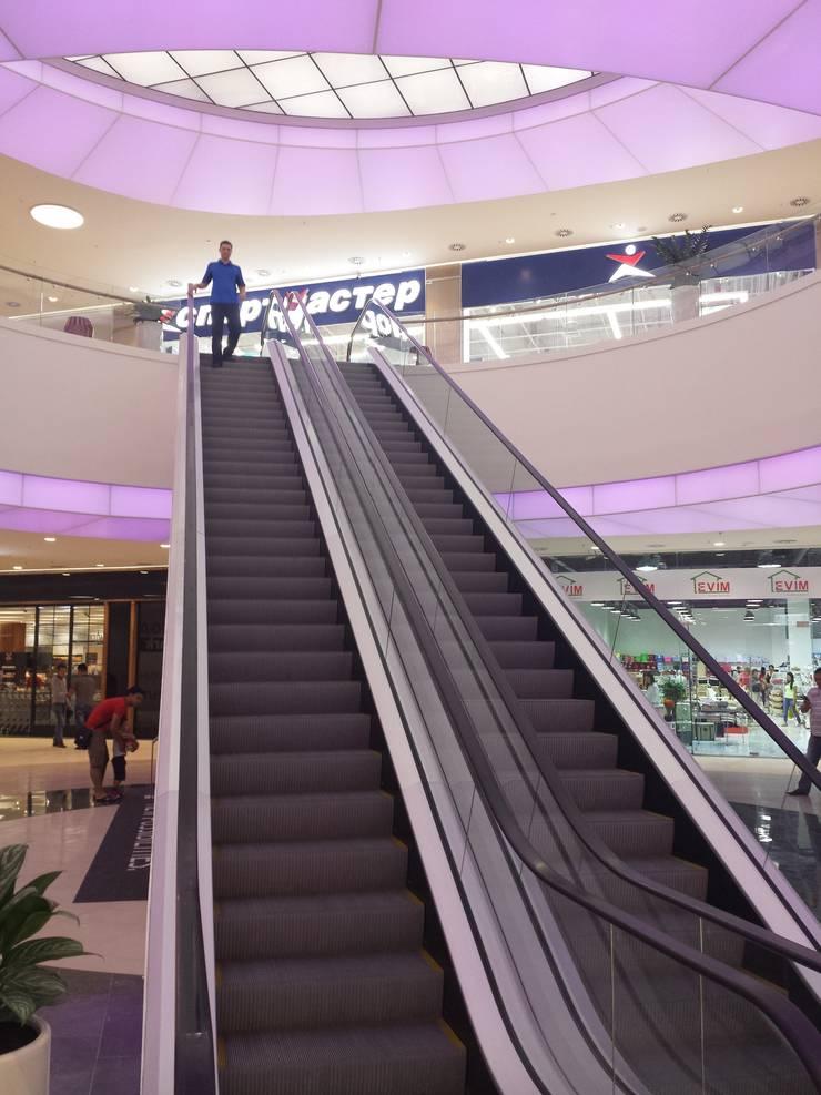 smothly changing lights: Centres commerciaux de style  par mb architects